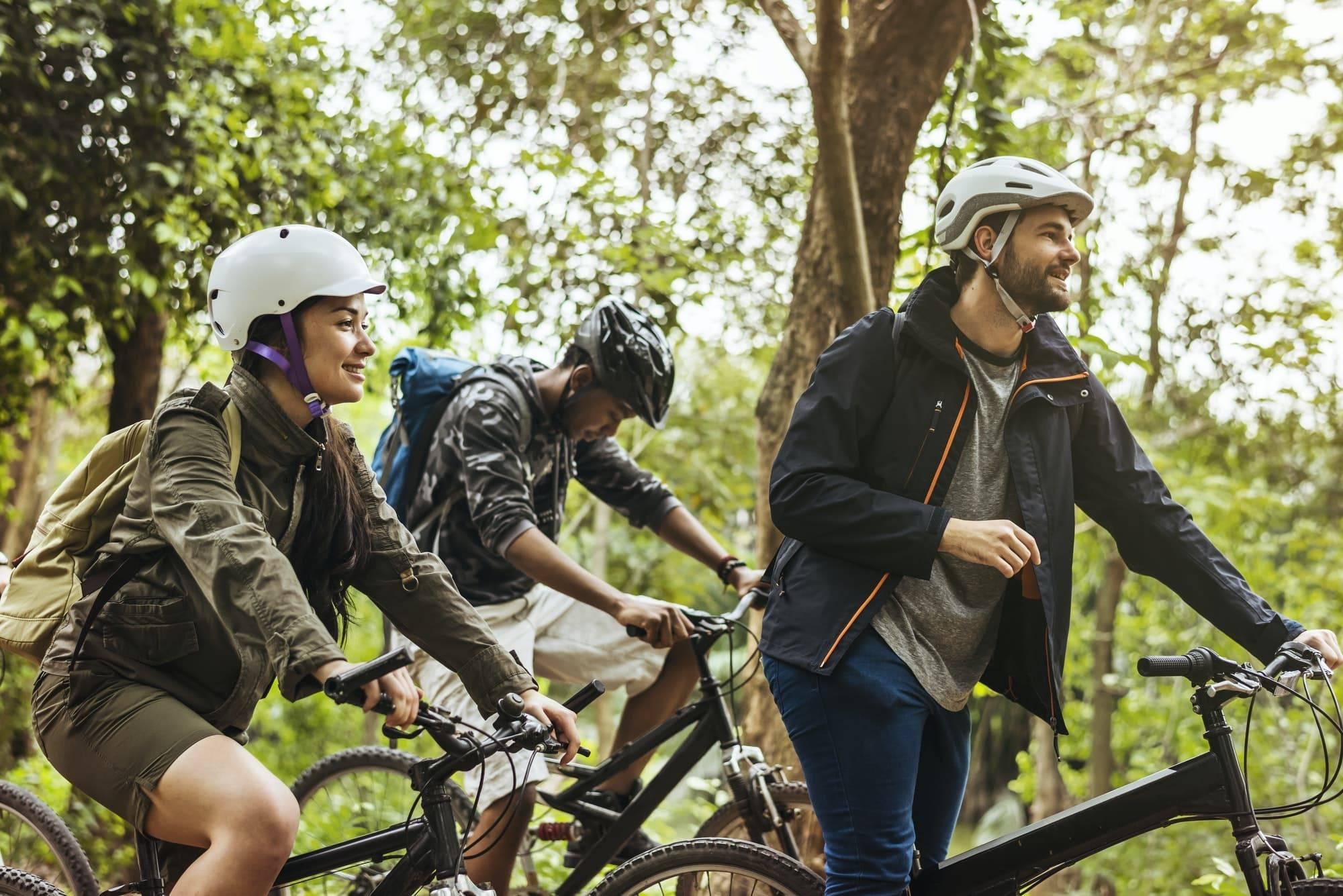 Gruppe von Freunden mit dem Mountainbike im Wald zusammen