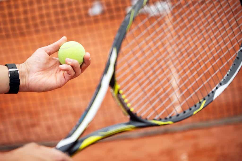 Tennisspieler auf dem Platz kurz vor dem Aufschlag