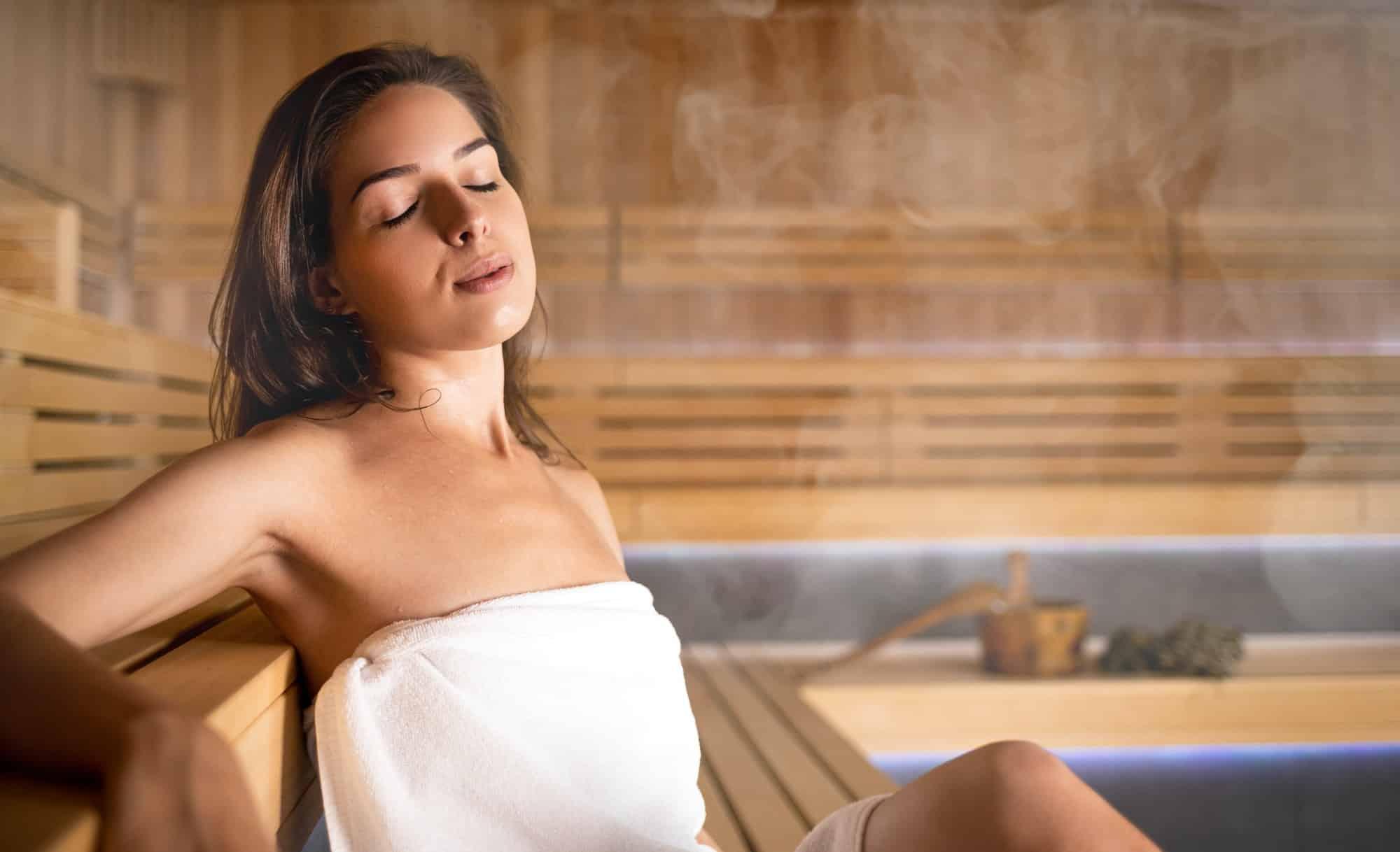 Junge Frau entspannt in der heißen Sauna